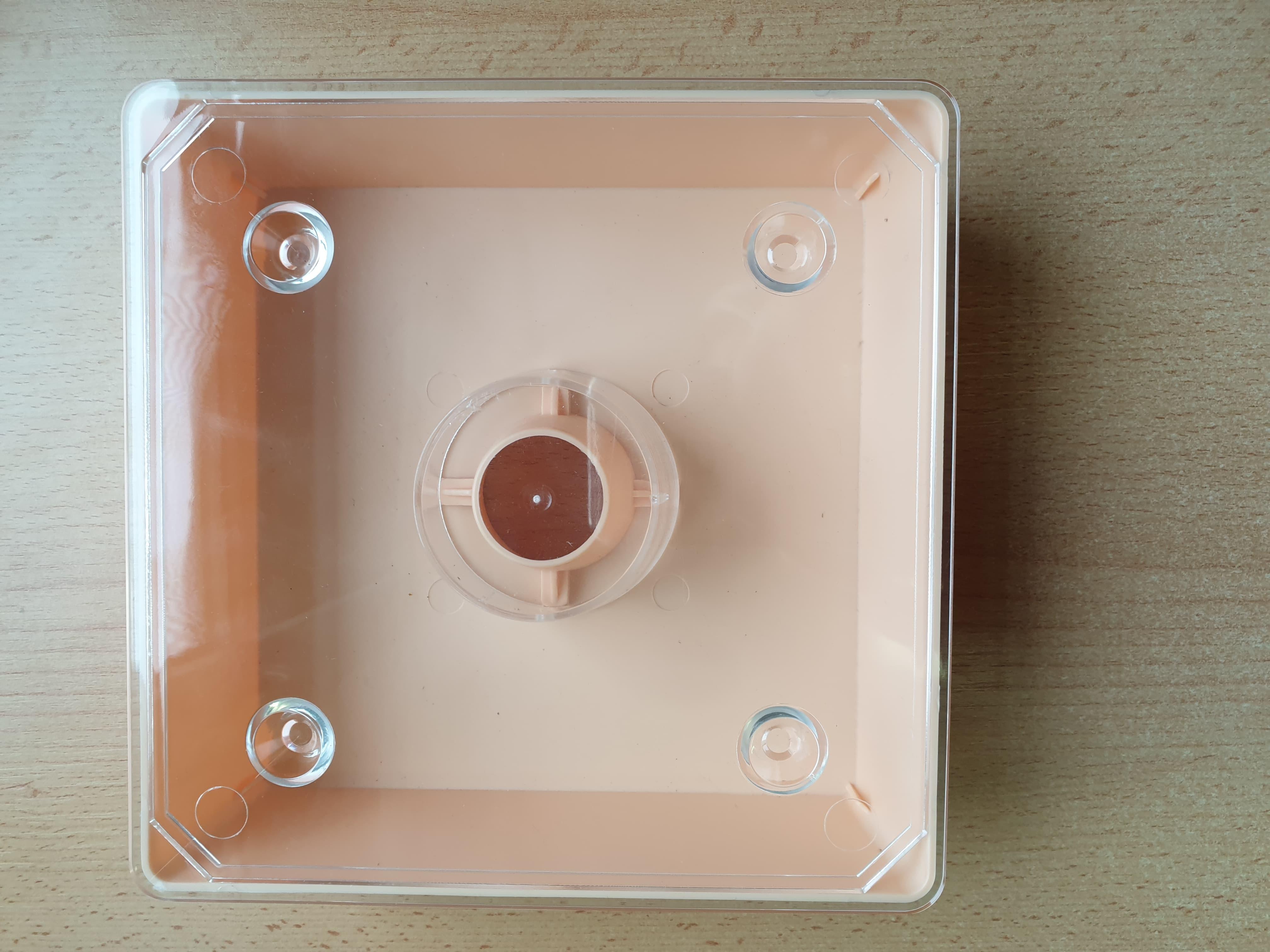 Futtertrog 1 Liter viereckig aus Hartplastik, 5,4 cm hoch, 18 x 18 cm